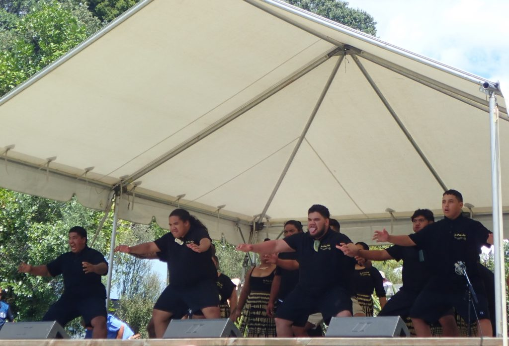 Performance du Haka, danse traditionnelle maori durant le Waitangi Day en Nouvelle Zelande