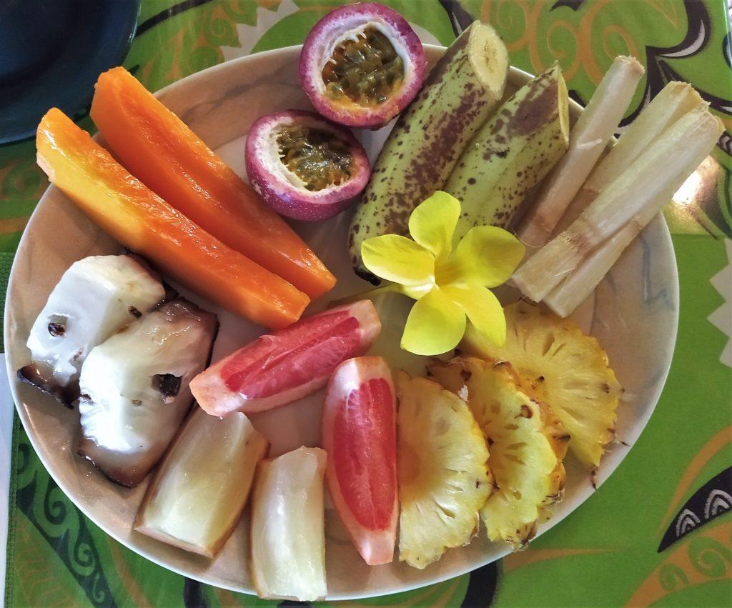Assiette de fruits exotiques en Polynésie Française