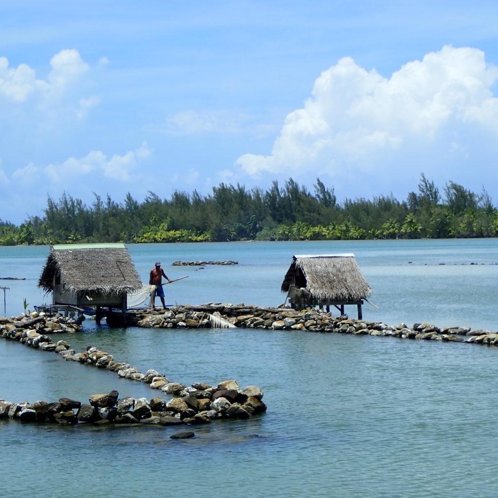 Pecheur à Huahine en Polynésie française