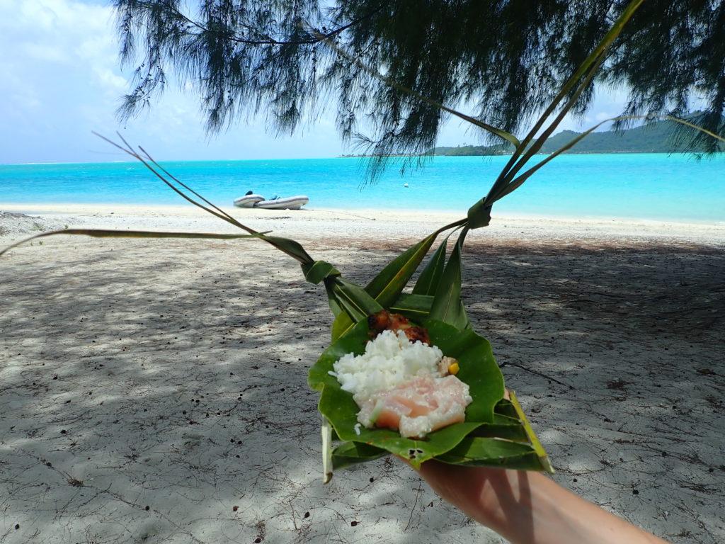 Poisson cru au lait de coco sur une plage paradisiaque de Polynésie Française.
