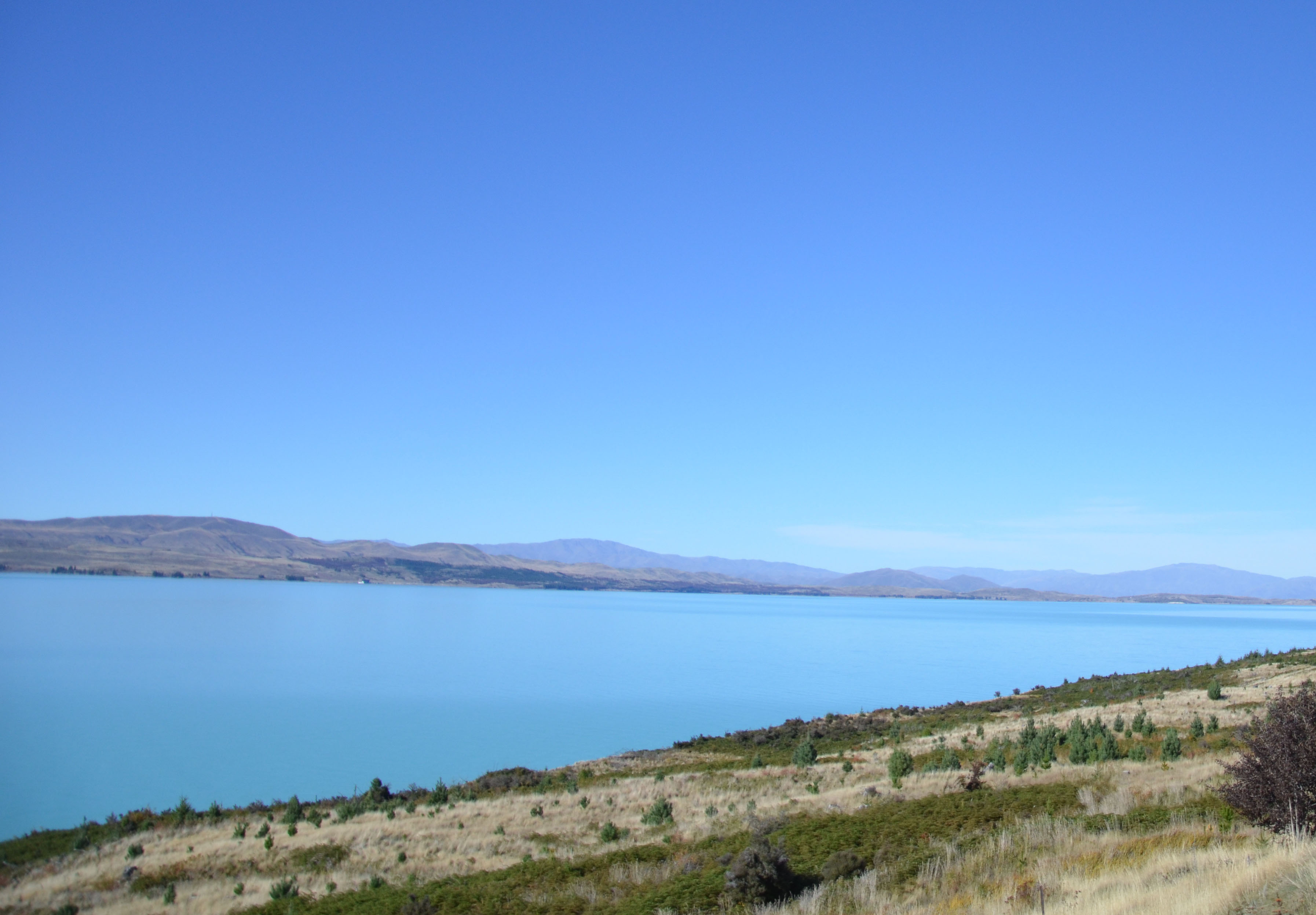 Le Lac Pukaki et son eau couleur bleue turquoise en Nouvelle-Zélande.