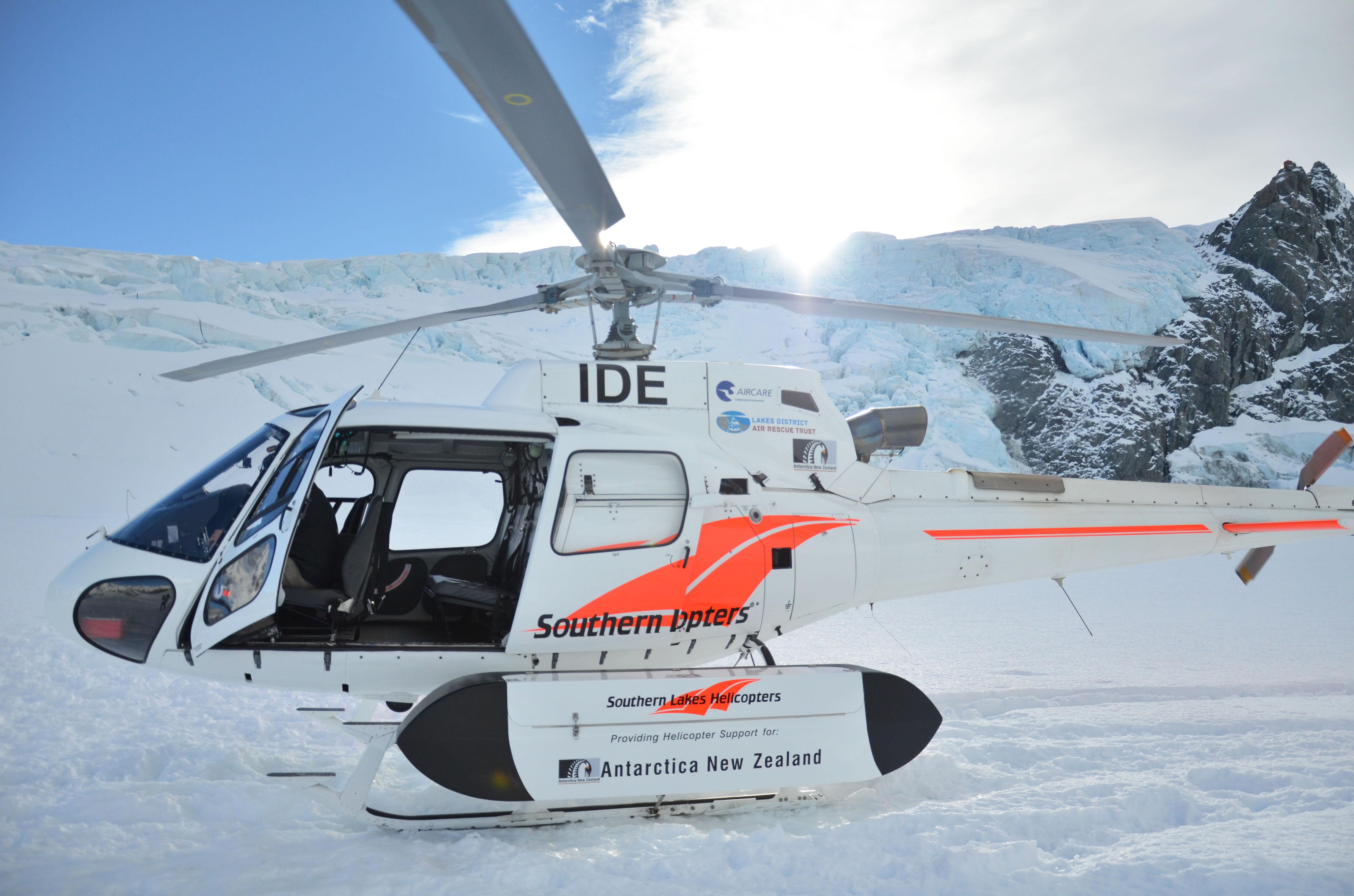L'hélicoptère sur le glacier Tasman tout près du Mt Cook en Nouvelle-Zélande.